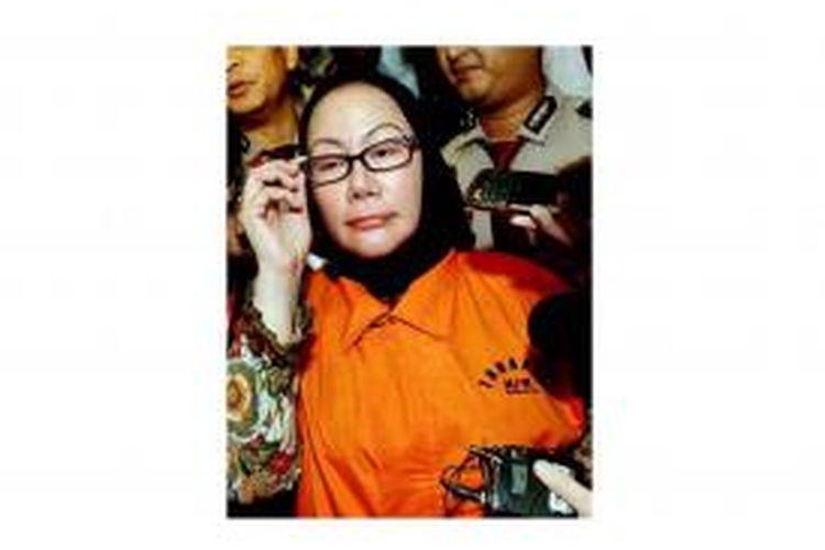 Gubernur Banten Atut Chosiyah meninggalkan gedung KPK, Jakarta, seusai menjalani pemeriksaan, Rabu (12/2/2014). Ia diperiksa terkait kasus tindak pidana pengadaan alat kesehatan di Banten.