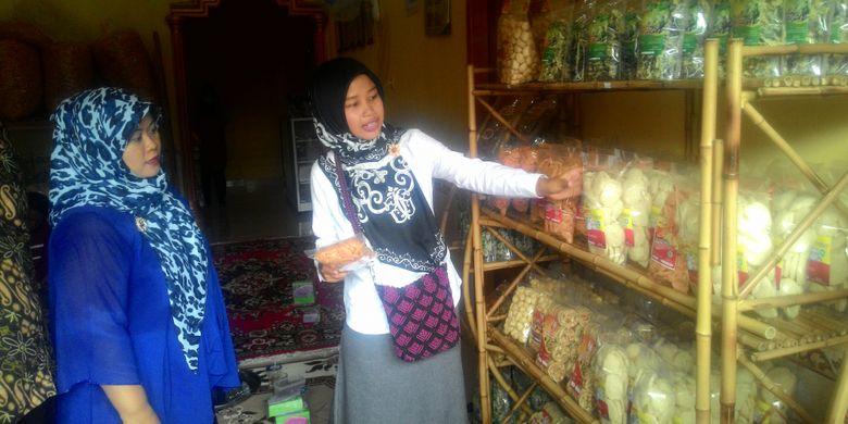 Suasana di rumah produksi Dwi 888 produsen kerupuk ikan dari Kulon Progo. Kerupuk merek menjadi pajangan di banyak kios dan toko oleh-oleh di Yogyakarta.