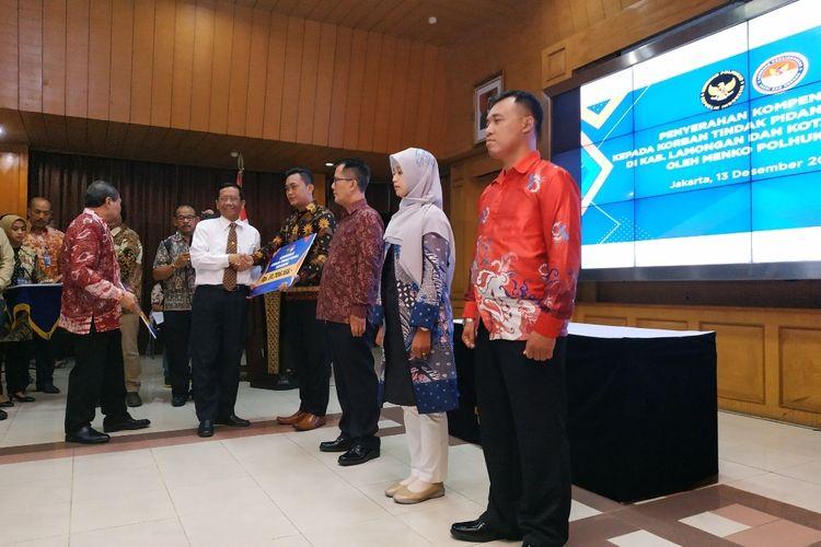 Menko-Polhukam Mahfud MD menyerahkan kompensasi kepada empat korban dan keluarga korban terorisme Cirebon dan Lamongan, di Kantor Kemenko-Polhukam, Jl Medan Merdeka Barat, Jakarta Pusat, Jumat (13/12/2019).