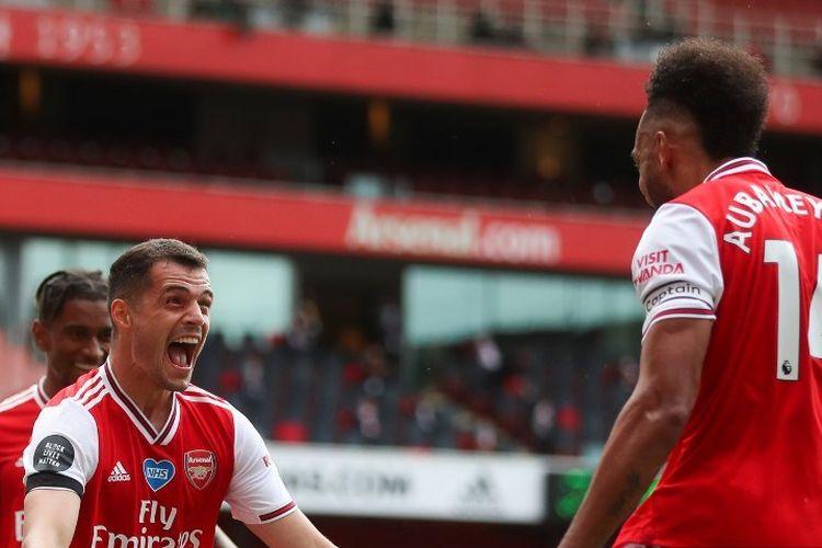 Granit Xhaka (kanan) merayakan gol bersama Pierre-Emerick Aubameyang (kanan) pada laga Arsenal vs Norwich City di Stadion Emirates dalam lanjutan pekan ke-32 Premier League, kasta tertas Liga Inggris, Rabu (1/7/2020).