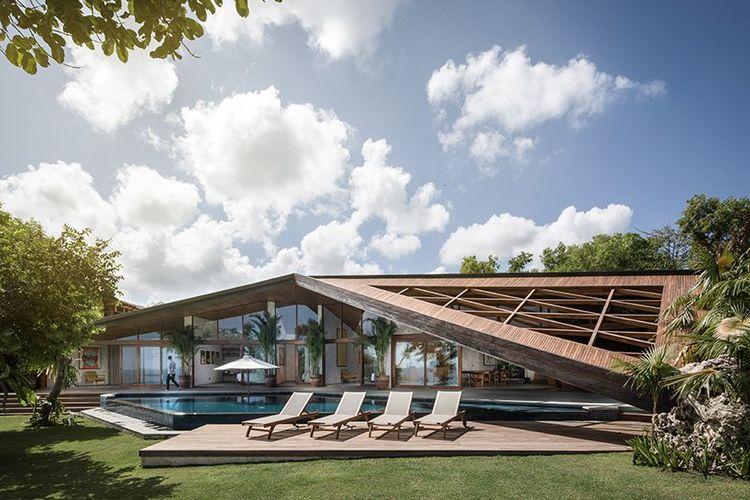 Struktur villa yang paling dominan adalah elemen naungan poligonal, yang memperkenalkan ruang transisi semi tertutup, menghubungkan interior dan juga eksterior.