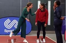 Tampil Sporty, Kate Middleton Pakai Sweater Mango dan Kulot Zara