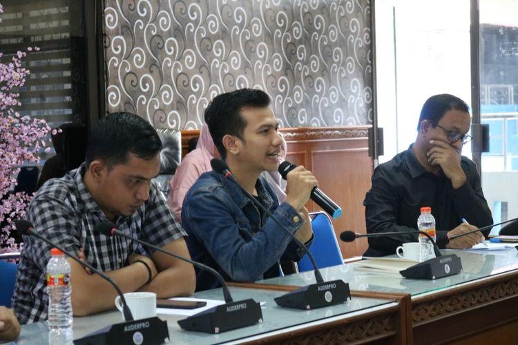 Foto dok Dinsos Aceh ,  Mulia Mardi, Direktur Pemuda Pelajar Indonesia se-Tiongkok saat meberikan keterangan terkait keberadaan mahasiswa Aceh di Wuhan dalam komprensi pers di Dinas Sosial Provinsi Aceh di Banda Aceh, Minggu (26/01/2020)