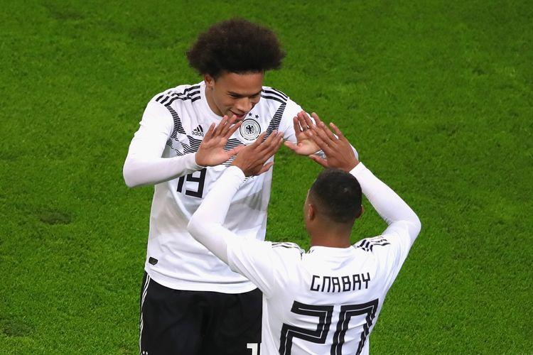 Rekrutan anyar Bayern Muenchen, Leroy Sane, bersama Serge Gnabry saat tampil membela tim nasional Jerman pada laga persahabatan kontra Rusia, 15 November 2018.