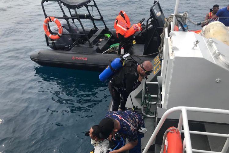 Proses pencarian korban dan badan pesawat Lion Air JT-610 yang dilakukan tim Polairud Mabes Polri, di perairan Karawang, Jawa Barat, Selasa (30/10/2018).