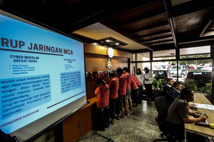 Pelaku penyebaran isu provokatif dan ujaran kebencian yang terorganisir dengan nama The Family Muslim Cyber Army saat rilis di Bareskrim Polri, Jakarta, Rabu (28/02/2018). Modus kelompok tersebut ialah menyebar ujaran kebencian dan konten berbau SARA, MCA juga menyebarkan konten berisi virus kepada pihak tertentu yang bisa merusak perangkat si penerima.