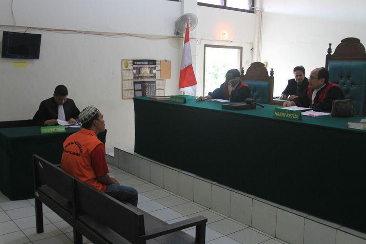 Akbar Al Farizi (34) otak pelaku pembunuhan serta perampokan Sofyan (44) sopir taksi online saat menjalani sidang tuntutan di Pengadilan Negeri Kelas 1A Palembang, Kamis (16/1/2020). Dalam sidang tersebut, Akbar dituntut Jaksa Penuntut Umum (JPU) dengan hukuman mati.