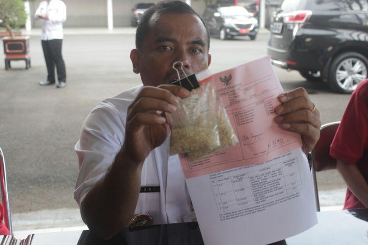 Bupati Purbalingga Tasdi menunjukkan temuan sampel raskin atau beras sejahtera (rastra) berkualitas rendah, Jumat (5/5/2017). Pihaknya berencana akan mengembalikan beras tersebut ke Bulog.