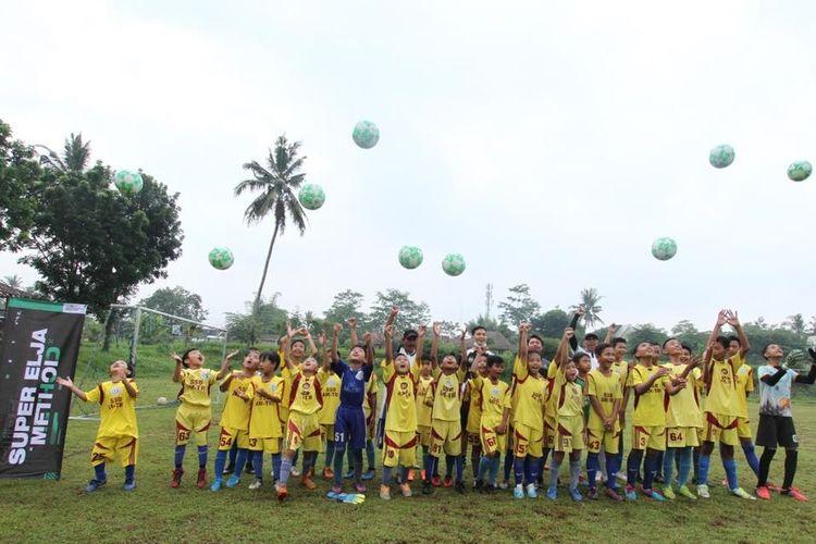PS Sleman membagikan 45 bola kaki kepada lima SSB, masing-masing SSB sembilan bola pada Selasa (24/5/2021) di lapangan Pandowoharjo, Kabupaten Sleman, Yogyakarta.