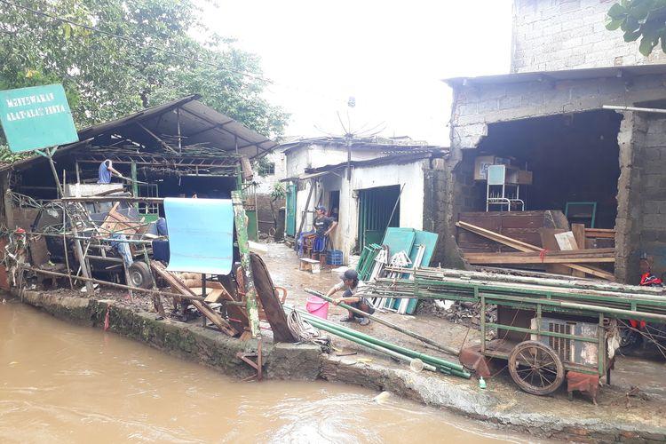 Tembok rumah warga RT 02, RW 04, Kelurahan Cipinang Melayu, Makasar, Jakarta Timur, roboh akibat diterjang banjir, Selasa (25/2/2020).