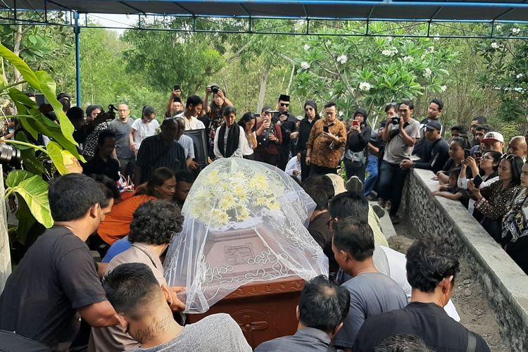 Peti jenazah Djaduk Ferianto saat tiba di preristirahatan terakhirnya di pemakaman keluarga Sembungan, Kecamatan Kasihan, Kabupaten Bantul.