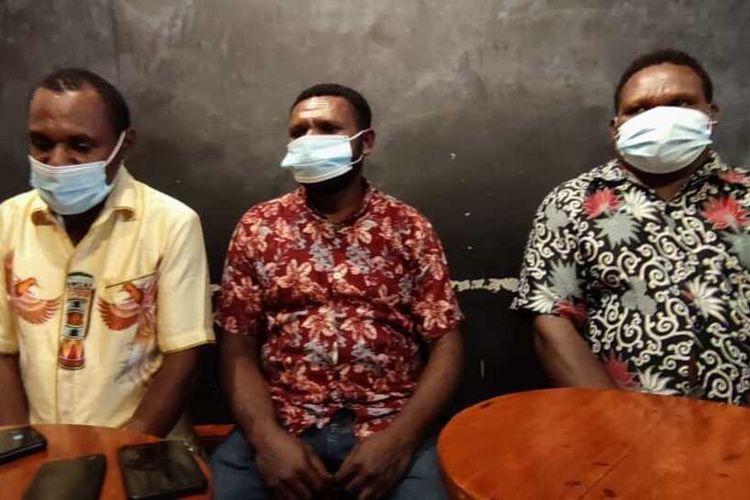 Ketua Fraksi Nasdem DPRD Yahukimo Eli Pahabol (kanan), Anggota Fraksi Nasdem DPRD Yahukimo, Yafet Saram (kiri) dan Yance Ilintamon (kanan)