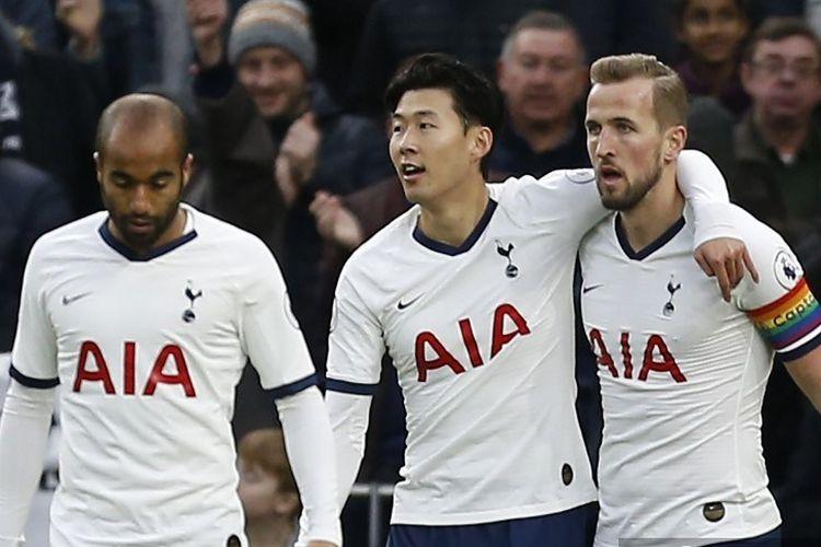 Harry Kane, Son Heung-Min dan Lucas Moura, merayakan setelah mencetak gol pembuka pertandingan sepak bola Liga Premier Inggris antara Tottenham Hotspur dan Burnley di Tottenham Hotspur Stadium di London, pada 7 Desember 2019.