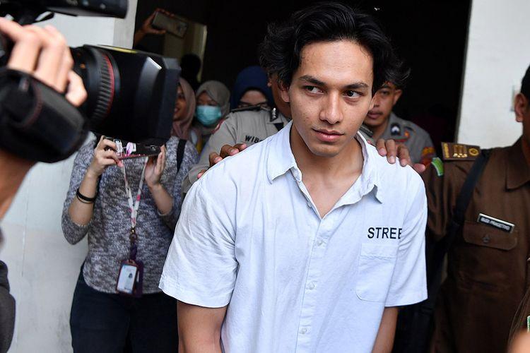 Aktor yang juga terdakwa kasus penyalahgunaan narkoba Jefri Nichol tiba untuk menjalani sidang tuntutan di Pengadilan Negeri Jakarta Selatan, Senin (21/10/2019). Jaksa Penuntut Umum menuntut Jefri Nichol dengan hukuman 10 bulan penjara dikurangi masa tahanan atau menjalani rehabilitasi di RSKO Jakarta, Cibubur Jakarta Timur yang diperhitungkan sebagai sisa masa pidana dan dikurangi masa rehabilitasi sementara yang telah dijalani terdakwa.