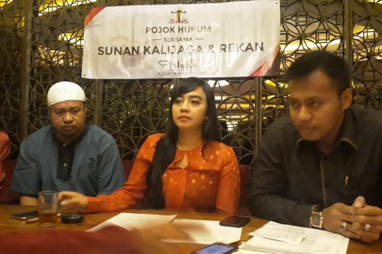 Faisal, pria yang memgaku dianiaya petugas transjakarta setelah dituduh mencopet bersama para pengacaranya di Kelapa.Gading, Jumat (16/11/2018).