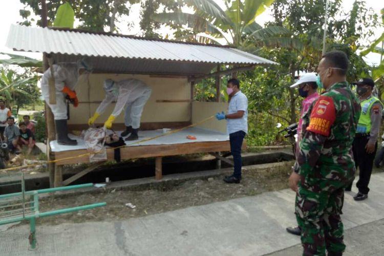 Proses evakuasi seorang pria yang mendadak meninggal dunia di perjalanan saat hendak berobat ke dokter di Kecamatan Toroh, Kabupaten Grobogan, Jawa Tengah, Kamis (14/5/2020) sore.