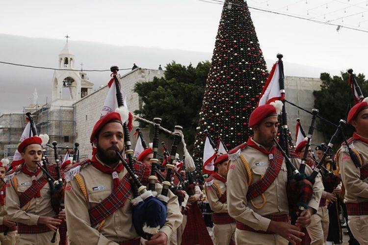 Marching Band berparade di Manger Square, Betlehem, Palestina (24/12/2017). Konflik yang terjadi antara Palestina dan Israel tidak menyurutkan perayaan Natal yang ada di sana.
