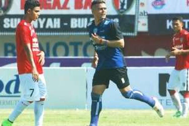 Cristian Gonzales tampil memukau saat Arema Cronus menghadapi tuan rumah Bali United pada laga pembka Bali Island Cup 2016, Kamis (18/2/2016).