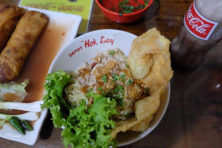 Makanan di Depot Hokyalu, cwie mie, lumpia, es fasco.