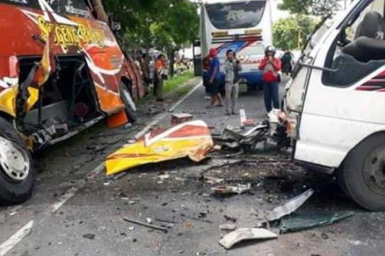 Kecelakaan lalu lintas yang melibatkan Bus Sugeng Rahayu dengan truk di Jalan Raya Madiun-Surabaya, di Desa Desa Jerukgulung, Kecamatan Balerejo, Kabupaten Madiun, Jawa Timur, Rabu (12/2). Satu orang tewas.