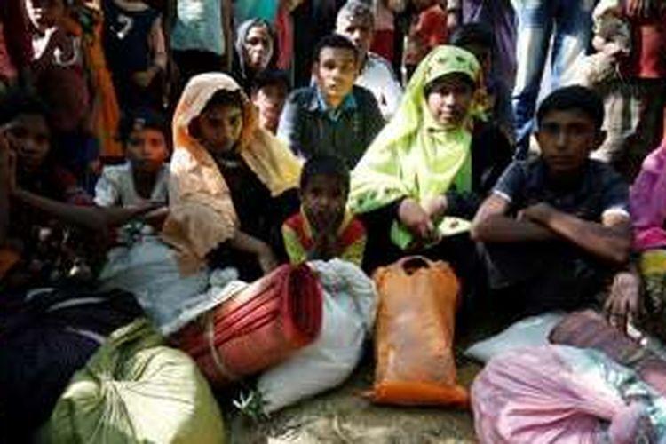 Para pengungsi Rohingya yang memasuki Banglades untuk menghindari kekerasan di Rakhine, Myanmar, Senin (21/11/2016).