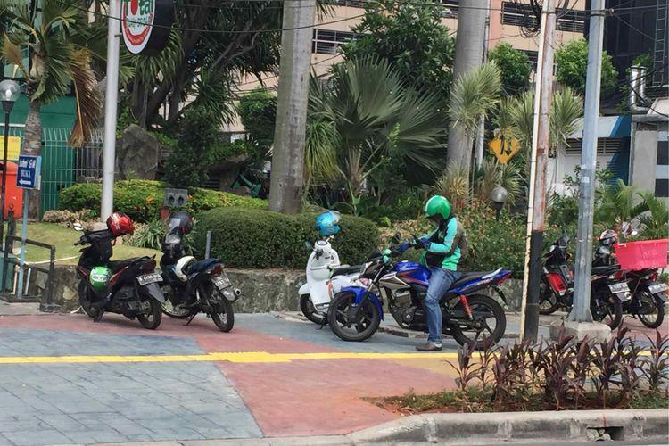 Belasan sepeda motor parkir sembarangan di trotoar yang berada di Jalan Sunda, Jakarta Pusat, Selasa (18/7/2018). Pantauan Kompas.com di lokasi, belasan motor yang diparkir memakan sebagian trotoar. Sejumlah pejalan kaki tampak harus mengalah dan memilih ruas jalan lain untuk melintas.