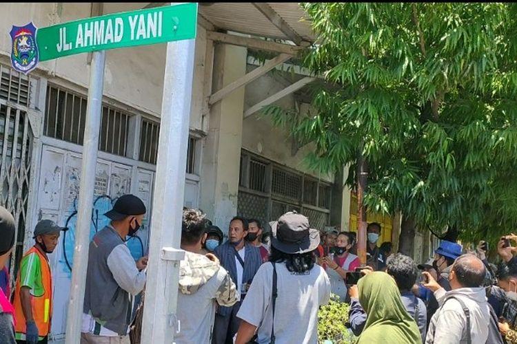 Bersama mahasiswa, massa terdiri dari PKL, pedagang Pasar Pagi, juru parkir, dan sopir angkot menghentikan paksa pekerjaan proyek Malioboro Jalan Ahmad Yani, usai demonstrasi di depan Gedung DPRD Kota Tegal, Jawa Tengah, Kamis (23/9/2021).