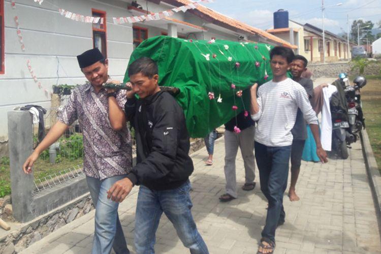 Sejumlah tetangga A di membawa jenazah A dari rumah duka ke masjid yang ada di lingkungan rumah A untuk dishalatkan