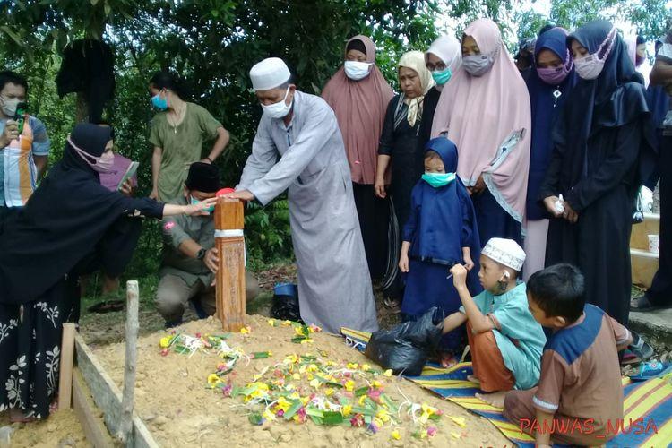 Suasana pemakaman Suardi, pengawas TPS di Nunukan Selatan yang mengalami kecelakaan tunggal saat bertugas (Bawaslu Nunukan)