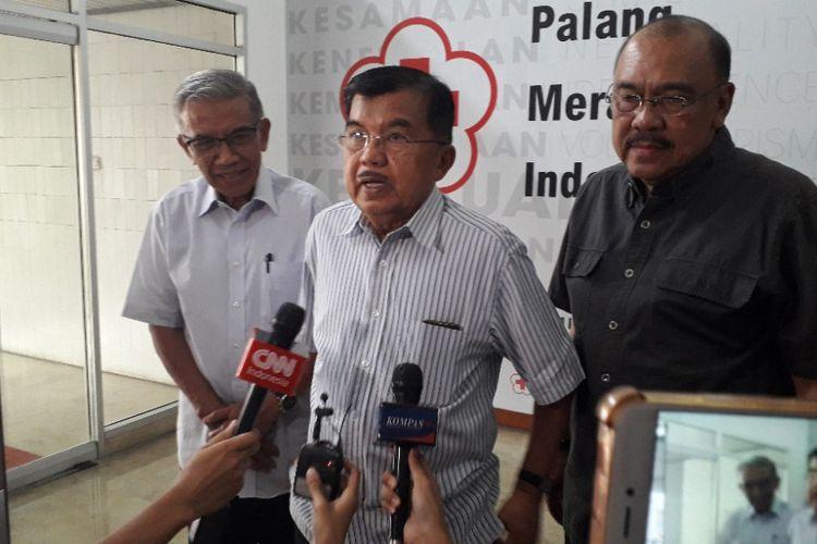 Ketua Palang Merah Indonesia Jusuf Kalla memberikan keterangan kepada wartawan di Kantor PMI, Minggu (30/9/2018).