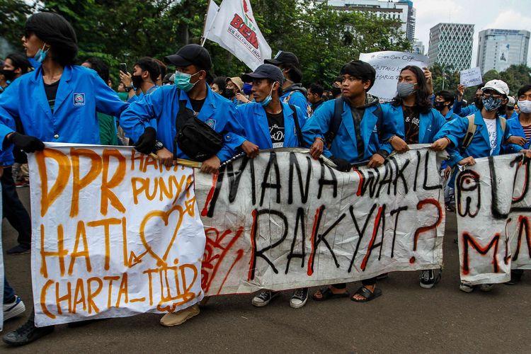 Mahasiswa yang tergabung dalam BEM Seluruh Indonesia (SI) melakukan aksi unjuk rasa di kawasan Patung Kuda, Jakarta Pusat, Selasa (20/10/2020). Mereka menolak pengesahan omnibus law Undang-undang Cipta Kerja yang bertepatan dengan satu tahun pemerintahan Jokowi-Ma'ruf.