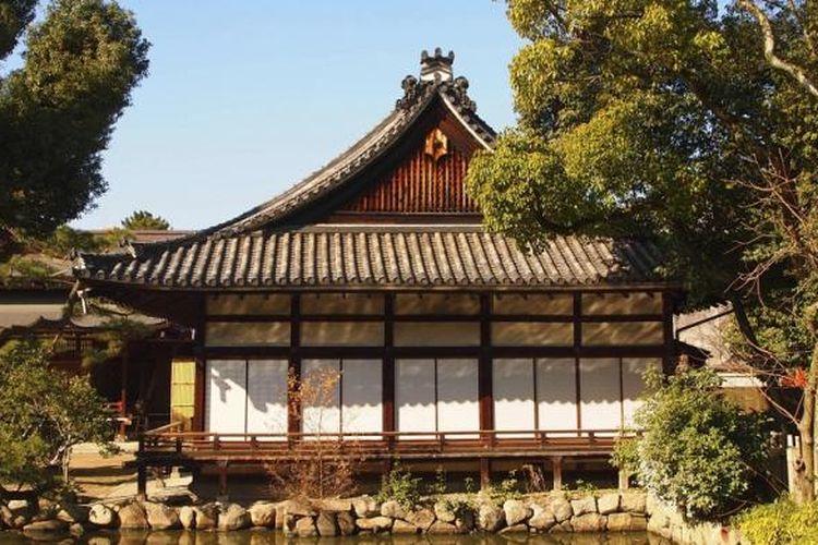 Negeri sakura tidak pernah meninggalkan apa yang menjadi budayanya. Ambil saja satu contoh. Rumah tinggal, misalnya.  Rumah sederhana dengan desain interior minimalis, dilengkapi pintu geser dan aksen kayu dominan menjadi isinya.