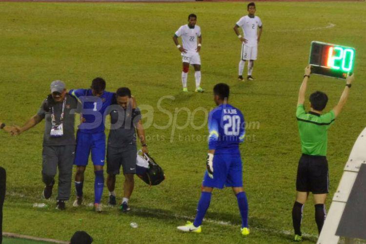 Satria Tama mengalami cedera pada laga versus Vietnam dan harus digantikan Kartika Ajie, Selasa (22/8/2017).