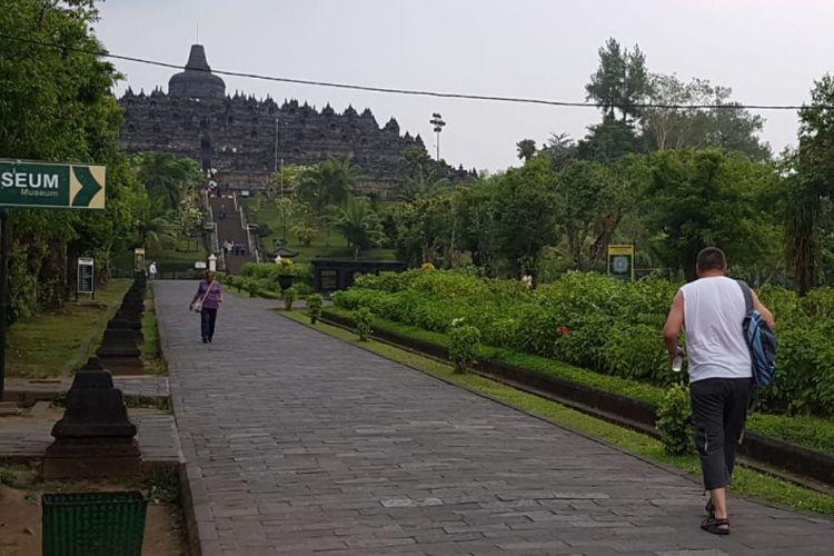 Pasca erupsi Gunung Merapi, Kamis (24/5/2018) Candi Borobudur tetap beroperasi normal, wisatawan pun tetap banyak berdatangan baik dari domestik maupun mancanegara.