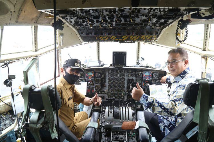 Wali Kota Tasikmalaya Budi Budiman, didampingi Wakil Wali Kota Muhammad Yusuf, saat mengecek pendaratan perdana Pesawat Hercules di Lapangan Udara Wiriadinata Kota Tasikmalaya, Senin (13/7/2020).