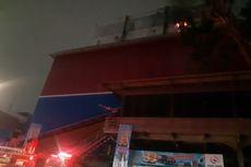 Petugas Damkar Masih Berupaya Padamkan Api di Lantai 5 Mal Lokasari Square