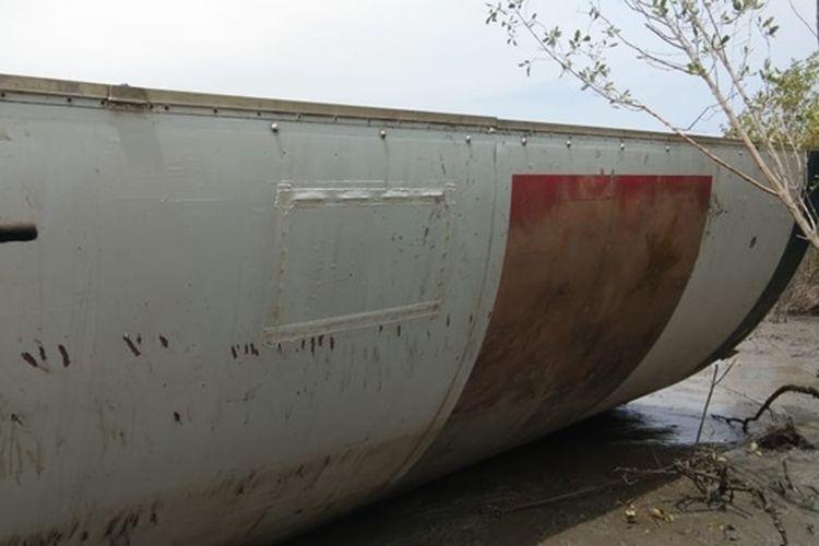 Gambar segmen kulit tabung yang diduga sebagai bagian roket CZ-3B yang jatuh di di Teluk Kramat, Kalimantan Tengah