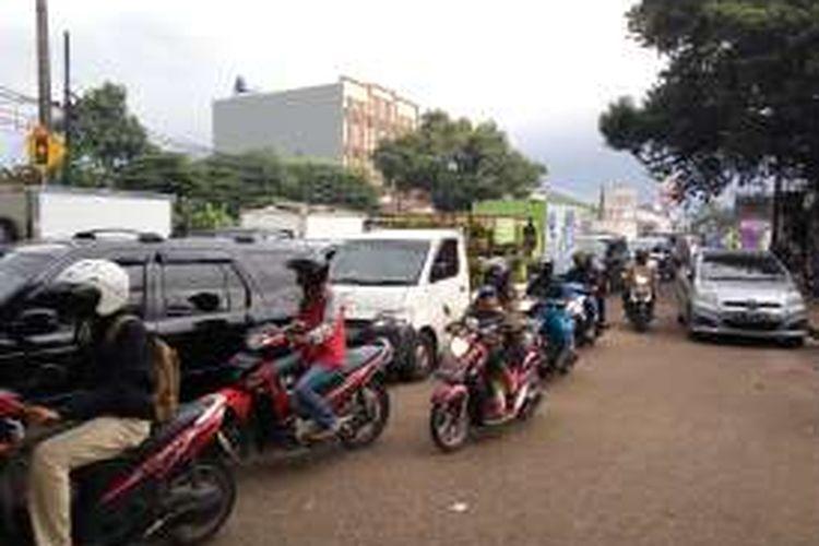 Suasana Jalan Joglo Raya, Kembangan, Jakarta Barat yang kerap dilanda kemacetan parah akibat terbengkalainya proyek pelebaran jalan. Jumat (12/2/2016).
