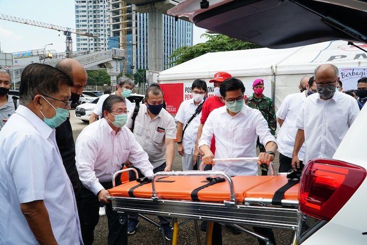 Pengecekan fasilitas kesehatan di dalam ambulans (Dok. Toyota)
