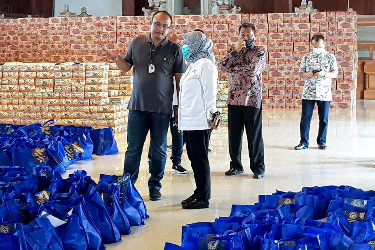 Bantuan sembako dari Kemenparekraf untuk para pekerja pariwisata di Bali.