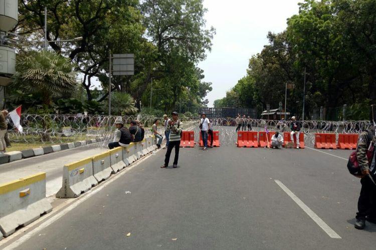 Massa yang mengatasnamakan mujahid 212 menggelar aksi unjuk rasa di bawah patung kuda Jalan Medan Merdeka Barat, Jakarta Pusat, Sabtu (28/9/2019). Ini dilakukan setelah jalan menuju istana Negara diblokade polisi.