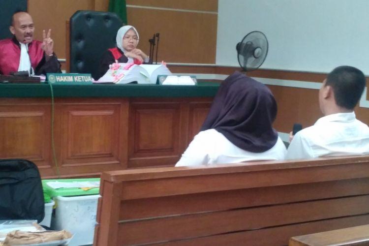 Direktur Utama First Travel Andika Surachman dan Direktur First Travel Anniesa Hasibuan dalam sidang di Pengadilan Negeri Depok, Senin (23/4/2018).