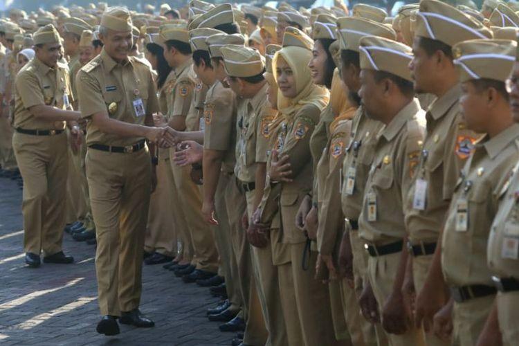 Gubernur Jawa Tengah Ganjar Pranowo dan Wagub Jateng Taj Yasin Maimoen menghampiri dan menyalami para aparatur sipil negara untuk halalbihalal