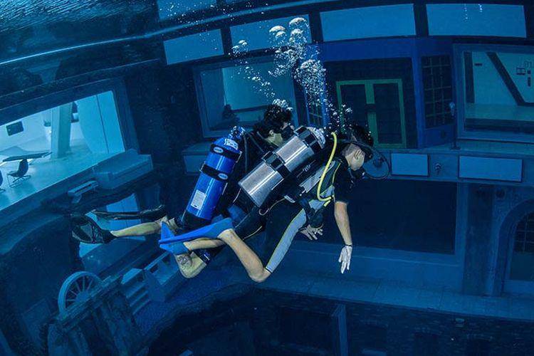Ilustrasi kegiatan Discover Scuba Diving di Deep Dive Dubai.
