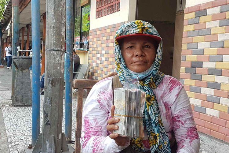 Jelita, penyedia jasa tukar uang baru di Terminal Kalideres, saat ditemui Rabu (5/5/2021)