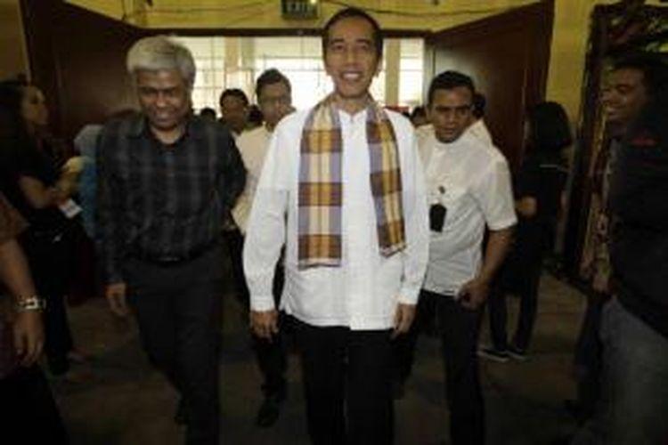 Gubernur DKI Jakarta Joko Widodo, didampingi Direktur Kompas.com Taufik H Mihardja (kiri) saat tiba di acara Kompas Karier Fair di Balai Kartini, Jakarta, Jumat (30/8/2013).