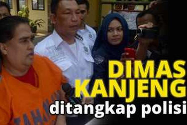 Dimas Kanjeng Taat Pribadi menjawab pertanyaan wartawan saat digiring aparat Kepolisian menuju ruang pemeriksaan di Subdit I Keamanan Negara Ditreskrimum Polda Jatim, Rabu (28/9/2016). Taat Pribadi ditahan Polisi karena diduga menjadi otak pembunuhan mantan jamaahnya.
