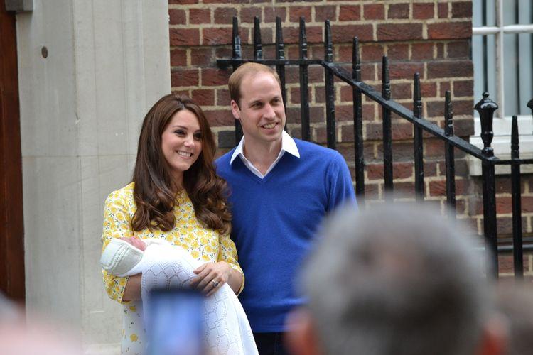 Pangeran William dan Kate Middleton, membawa Putri Charlotte Circa, saat kelahirannya di tahun 2015