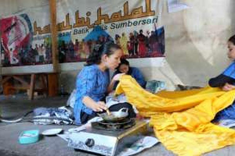 Aktivitas membuat batik tulis di Batik Tulis Sumber Sari, Bondowoso, Jawa Timur