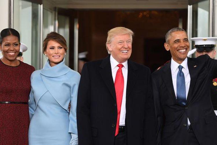 Presiden AS Barack Obama (kanan) dan Ibu Negara Michelle Obama (kiri) menyambut presiden terpilih Donald Trump (dua kanan) dan istrinya, Melania, di Gedung Putih, Washington DC, Jumat (20/1/2017). Prosesi pelantikan Trump dan Mike Pence selaku presiden dan wakil presiden terpilih AS berlangsung panjang. Serangkaian acara digelar mulai 19-21 Januari.